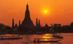Sunset at Wat Arun, the Temple of Dawn, in Bangkok, Thailand